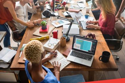 Contratar uma agência digital ou especializar uma equipe interna na empresa?